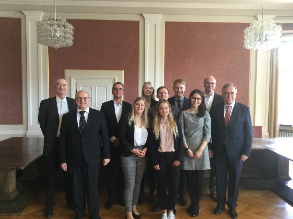 von links nach rechts: VRiBFH Prof. Dr. Stefan Schneider, MDg Volker Freund, RA/StB Dr. Dirk Pohl, das Team Hannover, Prof. Dr. Gregor Kirchhof, PräsBFH Prof. Dr. Rudolf Mellinghoff